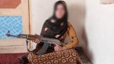 تصویر از خبرساز شدن عکس دختری با کلاشنیکوف 'که با طالبان جنگید'